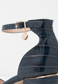 Dorothy Perkins Wide Fit - WIDE FIT DEBS ROUND TOW TWO PART COURT - Zapatos altos - navy - 2