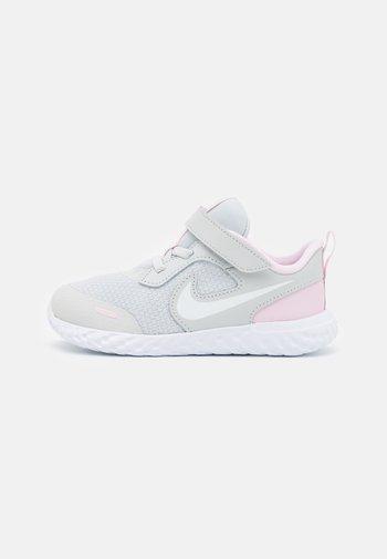 REVOLUTION 5 UNISEX - Neutrální běžecké boty - photon dust/white/pink foam