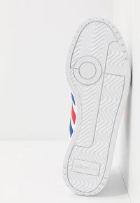 adidas Originals - TEAM COURT - Sneakers basse - footwear white/royal blue/scarlet - 4
