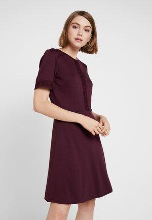 VITINNY LACE DRESS - Žerzejové šaty - winetasting