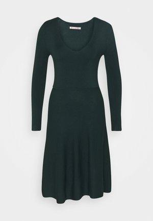 Sukienka dzianinowa - scarab
