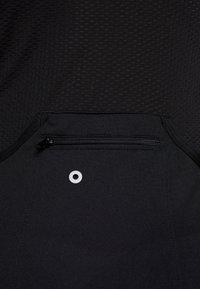 ONLY PLAY Tall - PERFORMANCE BIKE TALL - Camiseta estampada - black/green ash - 7