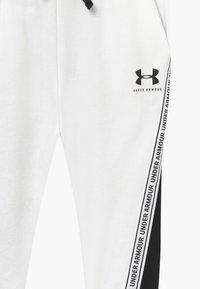 Under Armour - RIVAL PANTS - Teplákové kalhoty - onyx white/black - 3