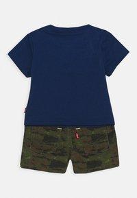 Levi's® - TEE SHORT SET - T-shirt imprimé - estate blue - 1