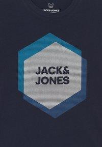 Jack & Jones Junior - JCOCOOL CREW NECK - Camiseta estampada - navy blazer - 2