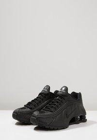 Nike Sportswear - SHOX R4 - Sneakersy niskie - black - 3