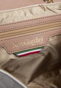NeroGiardini - Across body bag - bianco - 3