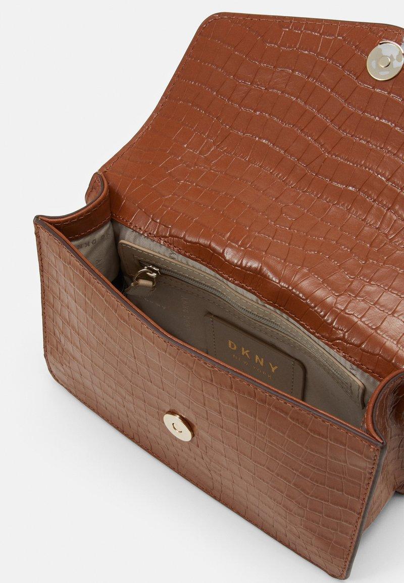 DKNY - ELISSA SHOULDER - Across body bag - caramel