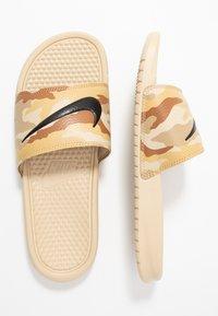 Nike Sportswear - BENASSI JDI PRINT - Muiltjes - desert ore/black/ale brown/club gold/parachute beige - 1