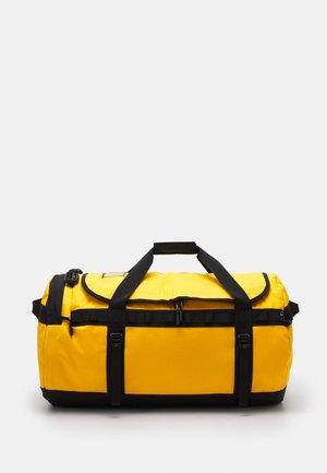 BASE CAMP DUFFEL UNISEX - Bolsa de viaje - yellow