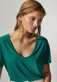 Massimo Dutti - MIT METALLIC-DETAIL - Basic T-shirt - green - 5