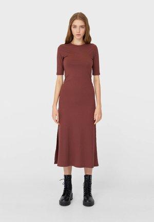MIT KURZEN ÄRMELN UND SCHLITZEN  - Jumper dress - brown