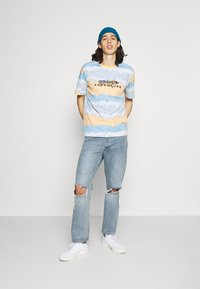 adidas Originals - UNISEX - T-shirt con stampa - hazy orange/multicolor - 1
