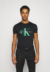 Calvin Klein Jeans - SEASONAL MONOGRAM TEE - Camiseta estampada - black/andean toucan - 0
