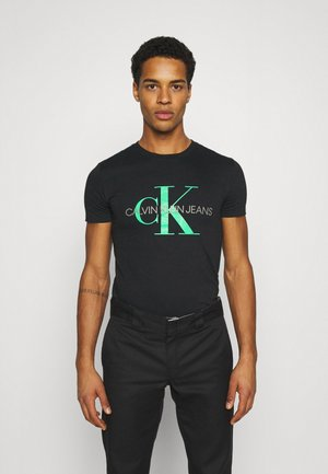 SEASONAL MONOGRAM TEE - T-shirt z nadrukiem - black/andean toucan