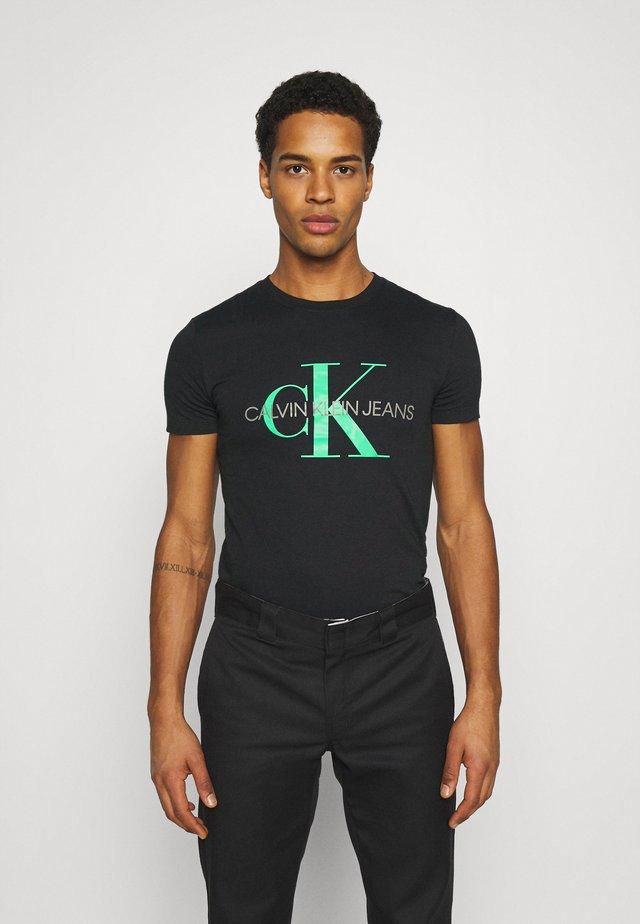 SEASONAL MONOGRAM TEE - T-shirt print - black/andean toucan