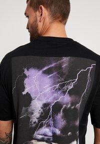 Sweet SKTBS - LOOSE POCKET - Print T-shirt - desert black - 6