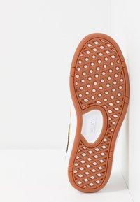 Vans - CRUZE - Sneakersy niskie - mango mojito/black - 4