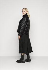 Glamorous Curve - QUILTED JACKET WITH BUTTON DETAIL - Light jacket - black - 2