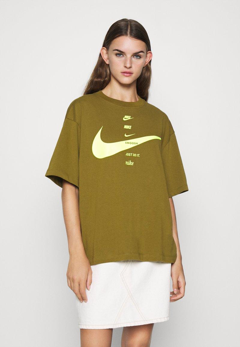 Nike Sportswear - T-shirt imprimé - olive flak/volt