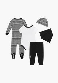 Nike Sportswear - STRIPE SET - Muts - black - 2