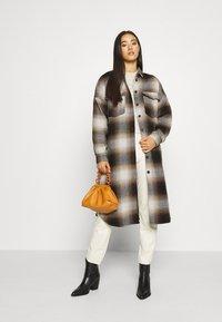 Noisy May - NMFLANNY ELA SHAKET - Klasický kabát - beige/ brown/ black - 1