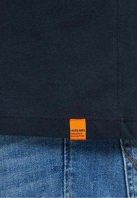 Jack & Jones - JORTYLER TEE CREW NECK  - Print T-shirt - navy blazer - 6