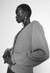 Bruuns Bazaar - ANEMONE MIRE CARDIGAN - Cardigan - roasted grey - 4