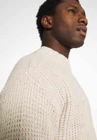 Selected Homme - SLHNATHAN HIGH NECK - Stickad tröja - oyster gray - 4