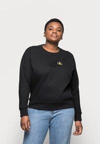 Calvin Klein Jeans Plus - MONOGRAM CREW NECK - Sweatshirt - black - 0
