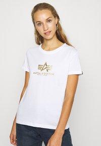 Alpha Industries - NEW FOIL - T-shirt print - white/metal gold - 0