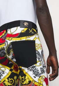 Versace Jeans Couture - TELO BELT PAISLEY LAV - Jeans slim fit - rosso - 6