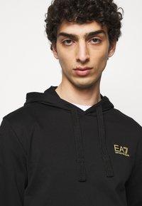 EA7 Emporio Armani - Sweat à capuche - black/gold - 3