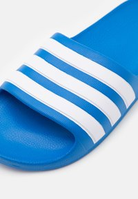 adidas Performance - ADILETTE AQUA UNISEX - Sandály do bazénu - true blue/footwear white