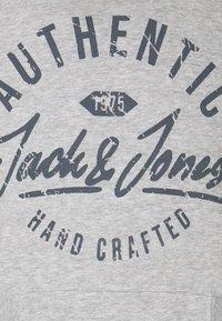 Jack & Jones - JJHEROS HOOD - Hoodie - light grey melange - 4