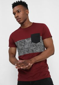 Pier One - T-shirt con stampa - bordeaux - 0