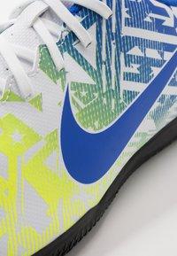 Nike Performance - VAPOR 13 CLUB NEYMAR IC - Zaalvoetbalschoenen - white/racer blue/volt/black - 5