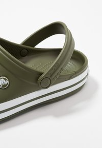 Crocs - CROCBAND UNISEX - Zuecos - army green/white - 5