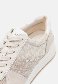 MICHAEL Michael Kors - ALLIE TRAINER - Zapatillas - natural - 6