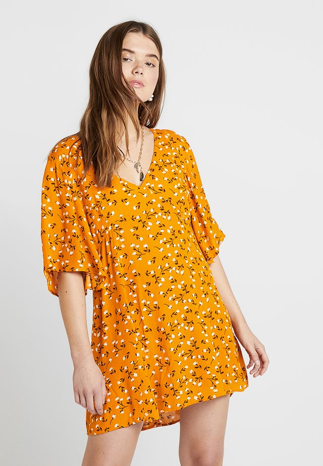 DELICATE DAZE TEA DRESS - Korte jurk - orange/white