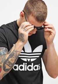 adidas Originals - ORIGINAL TREFOIL - T-shirt med print - black - 3