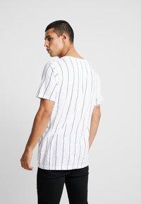 Brave Soul - STOBART - T-shirts med print - optic white/rich navy - 2