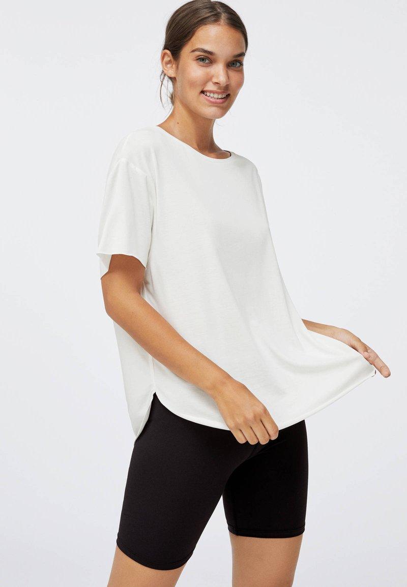 OYSHO - Jednoduché triko - white