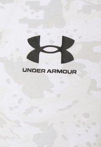 Under Armour - CAMO - T-shirt med print - white/grey - 2