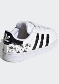 adidas Originals - SUPERSTAR SHOES - Sneakers laag - white - 5