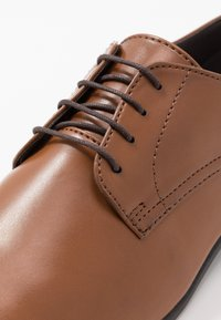 Topman - BRIAR DERBY - Smart lace-ups - tan - 5