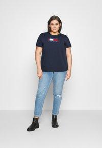 Tommy Jeans Curve - TIMELESS FLAG TEE - T-shirt z nadrukiem - twilight navy - 1