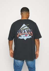 Tommy Jeans Plus - DIAMOND BACK LOGO TEE - T-shirt con stampa - black - 0