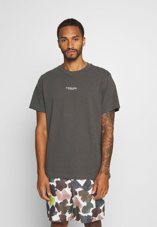 CENTER CHEST LOGO  - T-shirt - bas - lt shadow