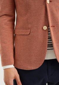 WE Fashion - WE FASHION HERREN-SKINNY-FIT-SAKKO MIT MUSTER - Suit jacket - rust brown - 4